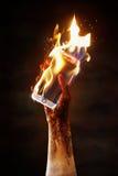 Brandende celtelefoon stock afbeeldingen