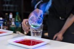 Brandende cocktail stock afbeeldingen
