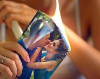 Brandende de bruidhanden die van het fotografiehuwelijk nachtlijst zitten Paarruzie royalty-vrije stock fotografie