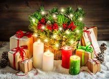 Brandende de kaarsen van de Kerstmisdecoratie en van giftdozen lichten Royalty-vrije Stock Afbeelding