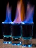 Brandende drank in ontsproten glas Stock Afbeeldingen