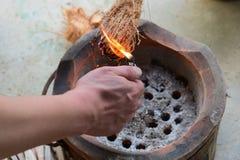 Brandende en rokende kokosnotenschil royalty-vrije stock afbeelding