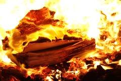 Brandende geheime documenten de vernietiging van het manuscript Stock Fotografie