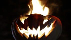 Brandende glimlachpompoen op Halloween looped stock footage