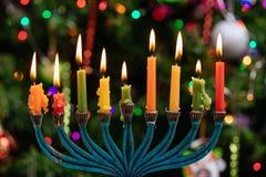 brandende hanukkah kaarsen in een menorah op blauwe achtergrond stock foto