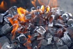 Brandende houtskool. stock fotografie