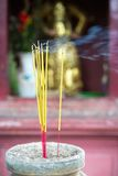 Brandende joss stokken in pagode, Saigon, Vietnam Stock Foto