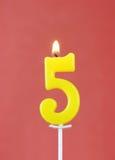 Brandende kaars als nummer vijf Royalty-vrije Stock Foto