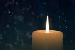 Brandende kaars bij nacht Royalty-vrije Stock Afbeelding