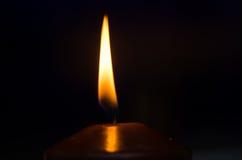 Brandende kaars in dark Stock Afbeeldingen