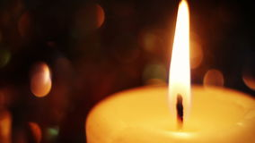 Brandende kaars in dark ontsteking stock videobeelden