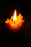Brandende kaars in de vorm van denneappels op een zwarte achtergrond Royalty-vrije Stock Fotografie