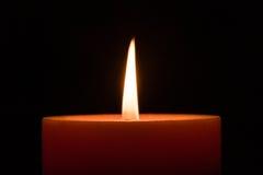 Brandende kaars die op zwarte wordt geïsoleerd Royalty-vrije Stock Fotografie