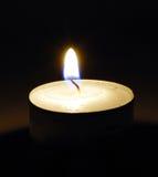 Brandende kaars in duisternis Royalty-vrije Stock Afbeelding