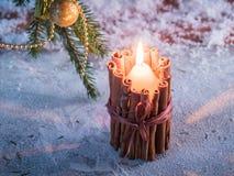 Brandende kaars in een kandelaar tegen een sneeuwachtergrond Royalty-vrije Stock Foto