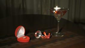 Brandende kaars in glas met edelstenen stock videobeelden