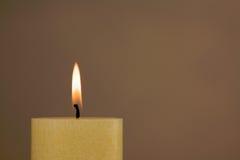Brandende kaars met exemplaarruimte Stock Afbeelding