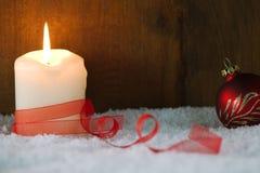Brandende kaars met rood lint Kerstman Klaus, hemel, vorst, zak Stock Afbeeldingen