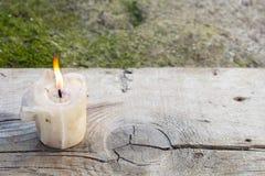 Brandende kaars op een oude houten lijst royalty-vrije stock foto