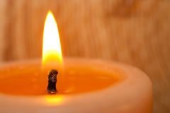 Brandende kaarsclose-up op lichte achtergrond Royalty-vrije Stock Afbeeldingen