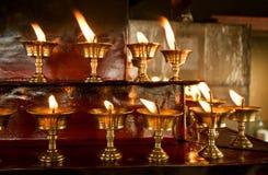 Brandende kaarsen in de Boeddhistische tempel Stock Fotografie