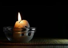 Brandende kaarsen in de houders van de glaskaars op een zwarte achtergrond Royalty-vrije Stock Fotografie
