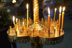Brandende kaarsen in de kerk godsdienstconcept, vieringskerstmis stock afbeelding