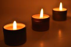 Brandende Kaarsen in de Nacht Stock Afbeeldingen