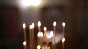 Brandende kaarsen in de Orthodoxe Kerk stock video