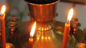 Brandende kaarsen in de video van het kerkclose-up  stock footage