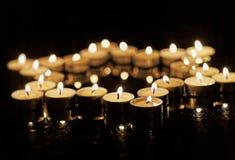 Brandende kaarsen in de vorm van een ster van David op een zwarte achtergrond Bokeh op donkere achtergrond, ondiepe diepte van ge Royalty-vrije Stock Afbeeldingen