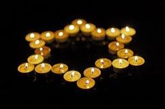Brandende kaarsen in de vorm van een ster van David op een zwarte achtergrond Bokeh op donkere achtergrond, ondiepe diepte van ge Stock Fotografie