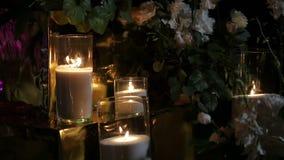 Brandende kaarsen in duisternis Sluit kaarsen omhoog het trillen stock videobeelden