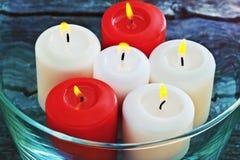 Brandende kaarsen in een glasvaas op een houten achtergrond Stock Foto