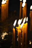 Brandende kaarsen in een kerk Stock Fotografie