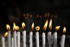 Brandende kaarsen in een kerk voor heilige geloften royalty-vrije stock foto