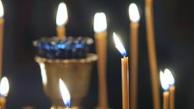 Brandende kaarsen in een Orthodoxe Kerk Pictogrammen en gebed stock video