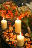 Brandende Kaarsen en Bloemblaadjes Royalty-vrije Stock Foto