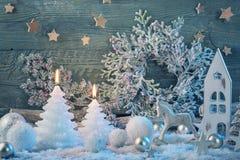 Brandende kaarsen en Kerstmisdecoratie Stock Afbeeldingen
