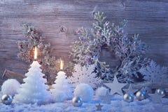 Brandende kaarsen en Kerstmisdecoratie Royalty-vrije Stock Afbeeldingen