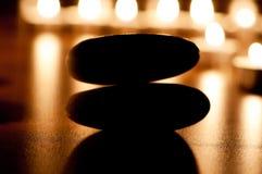 Brandende kaarsen en kiezelstenen Stock Fotografie