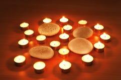 Brandende kaarsen en kiezelstenen Royalty-vrije Stock Afbeelding