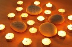 Brandende kaarsen en kiezelstenen voor aromatherapy Stock Foto's