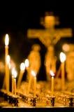 Brandende kaarsen in kerk Stock Fotografie