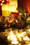 Brandende kaarsen met Kerstmiskroon en Kerstman stock foto