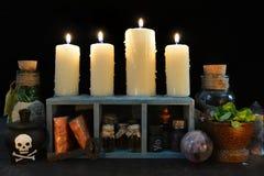 Brandende kaarsen met magische voorwerpen Royalty-vrije Stock Foto