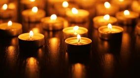 Brandende kaarsen met ondiepe diepte van gebied stock videobeelden