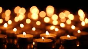 Brandende kaarsen met ondiepe diepte van gebied stock video