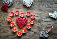 Brandende kaarsen met retro rietharten Royalty-vrije Stock Afbeeldingen