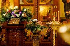 Brandende kaarsen op de achtergrond van pictogrammen in de Orthodoxe Kerk Zachte nadruk, selectieve nadruk Stock Fotografie